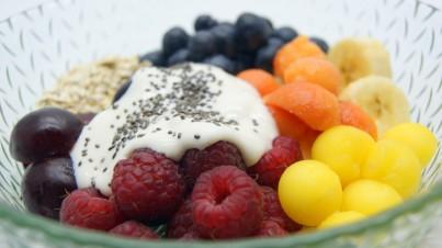 Ensalada de fruta fresca y avena con salsa de yogur griego, miel y semillas de chía