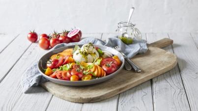 Zomersalade met tomaten, nectarines en abrikozen