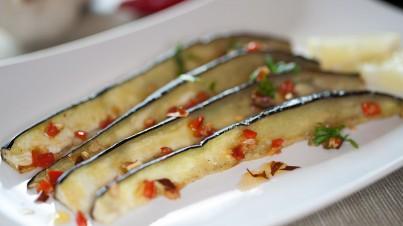 Gegrillte Aubergine mit Chili und Oregano