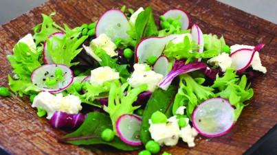 Gemengde salade van radijs, doperwtjes en feta