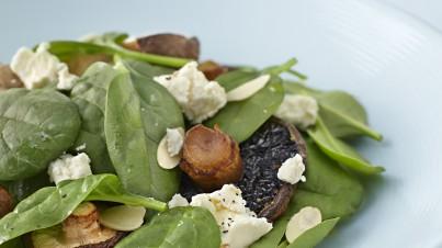 Insalata di funghi arrosto, feta marinata e spinaci