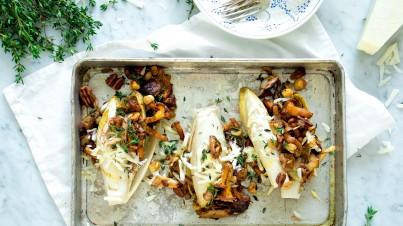 Gevulde witlof met paddenstoelen, hazel- en macadamianoten, tijm en pecorino