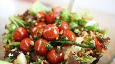Salanova® mit Tomaten und Ziegenkäse