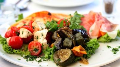 Salat von gegrilltem Gemüse mit Büffel-Mozzarella und Zitrone
