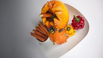 Sopa de calabaza de Halloween con dedos de zanahoria