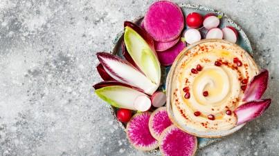 Hummus mit Chicorée, Rettich und Radieschen