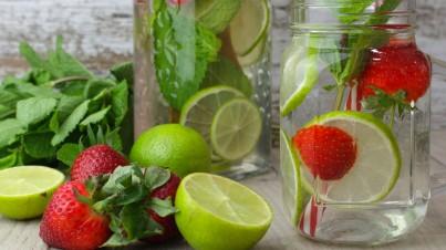 Agua de lima, hierbabuena y fresas