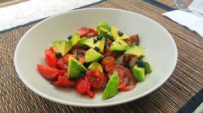 Ensalada de aguacate, tomate negro y ajo negro