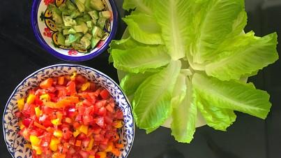 Barquetas de lechuga con tomate, pimiento y aguacate