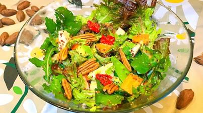 Ensalada de lechuga roja, rúcula, manzana y nueces de pecan