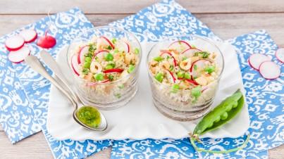 Quinoa salade met radijs, doperwtjes en rucola dressing