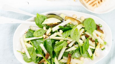 Kohlrabi salad with spinach, dates and nuts