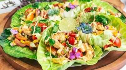 Mini-Salatkohl-Tacos (Cabbisi) gefüllt mit Sommersalsa und Shrimps