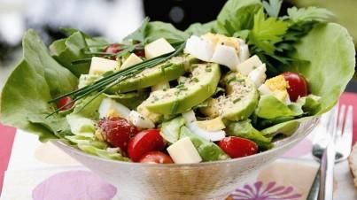 Kopfsalat mit Käse und Avocado
