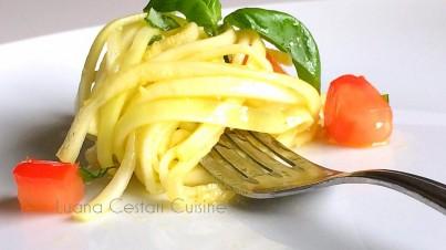 Linguine aux courgettes, tomates, et basilic
