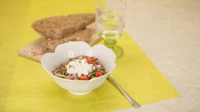 Salade de lentilles à la tomate et l'oignon rouge