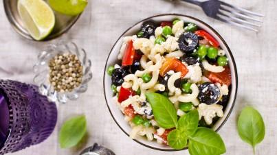 Italienischer Salat mit geräuchertem Hühnchen, Käse und Rucola