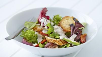 Salade met mediterrane kip, zongedroogde tomaat en avocado