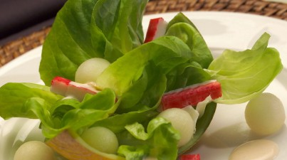Exotic butter leaf salad with melon and crab