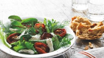 Tallos de hinojo y hojas dulces con tomates asados