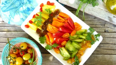 Barevný rajčatový salát s koriandrovou zálivkou