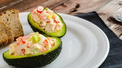 Peruaanse gevulde avocado met garnalen en krab