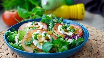Frischer Salat mit Mozzarella, Gewürzgurken und Basilikum