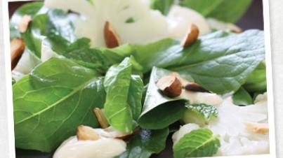 Hojas de lechuga romana, coliflor y almendras