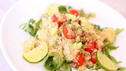 Quinoasalade met avocado, rucola en tomaatjes