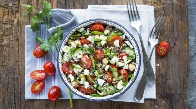 Quinoasalade met kikkererwten, komkommer, tomaat en peterselie