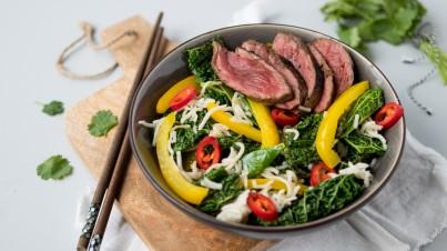 Noodle salade met savooiekool, peultjes en biefstuk