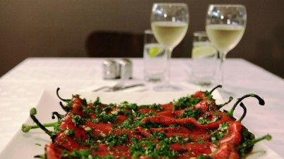 Salade de poivrons rouges grillés de l'Europe de l'Est