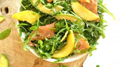 Rucola salade met avocado, mango en gerookte zalm
