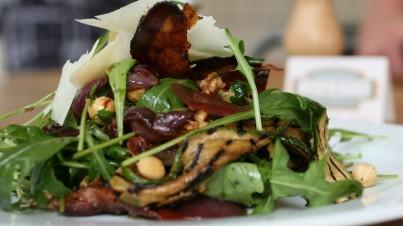 Italiaanse rucola salade met courgette