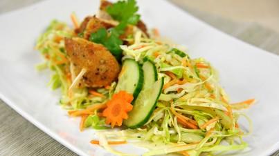 Spitzkohlsalat mit Hähnchenspießen
