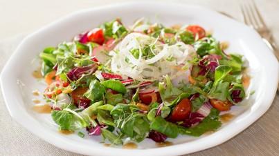 Frisse salade met koolrabi, wortel, radijs en tomaat