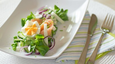 Kohlrabi salad with smoked salmon