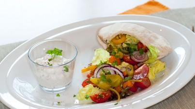 Salade in pitabroodjes met knoflookdip