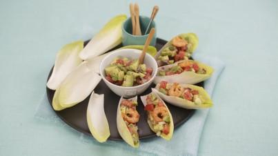 Barcos de endívia com camarões grelhados e salsa