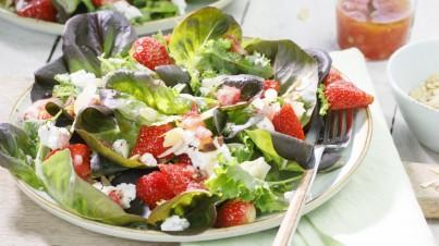 Salanova aux fraises, chou frisé, amandes et fromage de chèvre