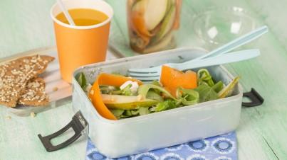 Salade de chèvre avec des carottes, poires et noisettes