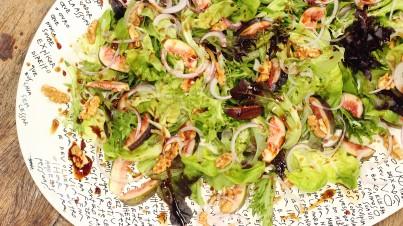 Salada de mix de verdes com nozes, figo, cebola roxa e melaço de romã