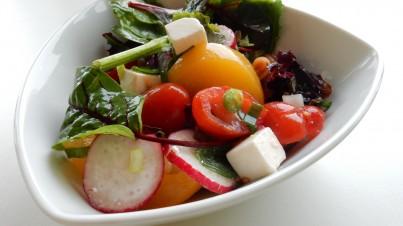 Vegetarische pastasalade met radijs en abrikoos