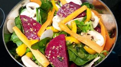 Salade de jeunes pousses d'épinard, betterave et champignons