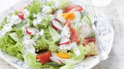 Voorjaarssalade met tomaat, radijs, komkommer en romige dille dressing