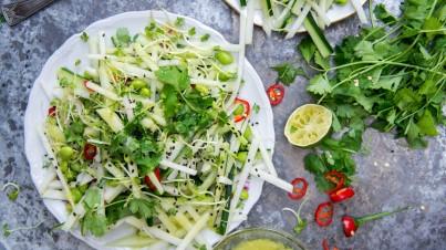 Salat aus Kohlrabi, Gurken, Sojabohnen und Wasabi-Dressing