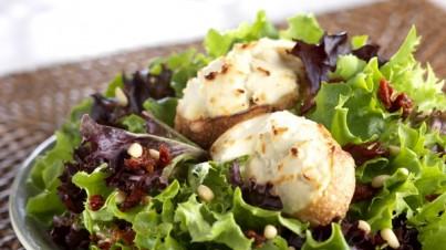 Bunter Blattsalat mit Ziegenkäse-Crostini