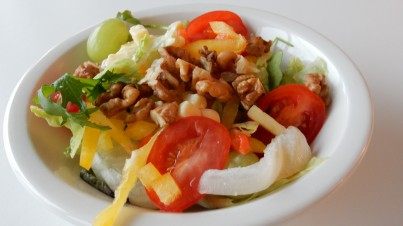 Salade avec fromage, pomme, noix