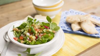 Salade van radijsjes, komkommer, tomaat, snijboontjes en kikkererwten