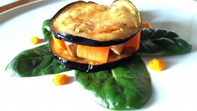 Tramezzino di melanzana farcito con cubetti di tofu, sfoglie e salsa di carote su bieta tenera